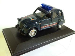 Citroen 2cv Mossos dEsquadra POLICIA de GUISVAL escala 1/36 coche de