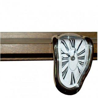 Schmelzende Uhr im Stil von Salvador Dali   Regaluhr Design Zeit
