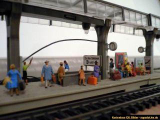 Faller HO 188 drei Stück Bahnsteig beleuchtet mit Preiser Figuren