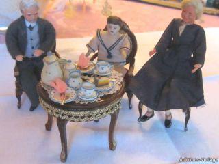 Oma, Opa und Enkel bei gedeckter Kaffeetafel