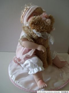 Porzellanpuppe Sammlerpuppe sitzende Puppe mit Bär LISA`s Kollektion