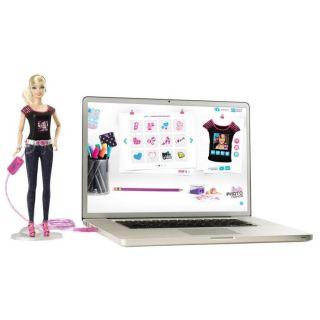 Barbie   Barbie cache un appareil photo dans son dos. En un clic, tu